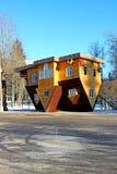 Uppochnervänt hus i den ryska utställningmitten i Moskva Arkivbilder