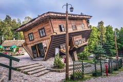 Uppochnervänt hus i Polen Royaltyfri Fotografi