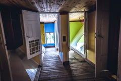 Uppochnervänt hus i Polen Royaltyfria Bilder