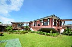 Uppochnervänt hus på Tamparuli, Sabah Arkivfoton