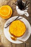 Uppochnervänd hemlagad orange kaka Royaltyfri Fotografi