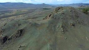 Upprätta den härliga naturen för skottberget surra skottet i majestätiska berg överkant panorama flyg- sikt Fluga över lager videofilmer
