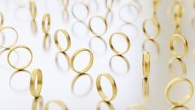 Upprätta guld- vigselringar olikt roterande på en reflekterande vit yttersida Royaltyfria Bilder