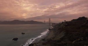 Upprättande av skottet av Golden gate bridge arkivfilmer