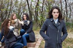 Uppriven flicka med att skvallra för vänner Arkivfoto