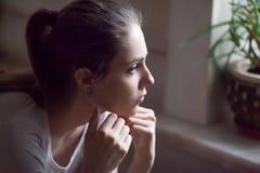 Uppriven flickakänsel som har ner förhållandeproblem royaltyfria foton