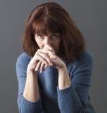 Uppriven härlig 50-talkvinna som ser ledsen Royaltyfri Foto