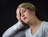uppriven kvinna för huvudvärk royaltyfri bild