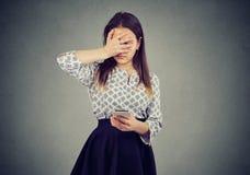 Uppriven kvinna i fel genom att använda telefonen arkivbilder