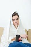 Uppriven kvinna med termometern i hennes sjuka mun Arkivfoton