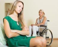 Uppriven kvinna och handikapp Royaltyfri Fotografi