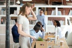 Uppriven kvinnlig nykomlingåterkallelse något som packar upp på första workin arkivfoton