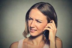 Uppriven ledsen förargad olycklig kvinna som talar på mobiltelefonen Royaltyfri Foto
