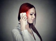 Uppriven ledsen kvinna som talar på mobiltelefonen Cell- mobilt utstrålningsbegrepp arkivbilder
