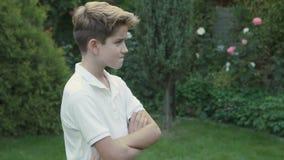 Uppriven pojke på trädbakgrund stock video
