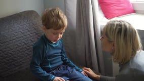 Uppriven pys som hemma kramar hans moder och gråt lager videofilmer