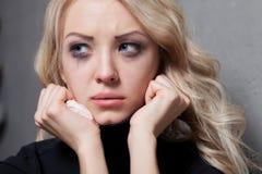 Uppriven skriande kvinna tragiskt uttryck Royaltyfri Foto