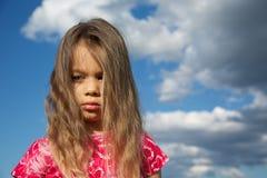 Uppriven ung flicka mot den molniga skyen Arkivbilder