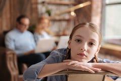 Uppriven unge som hemma väntar på upptagen förälderuppmärksamhet Fotografering för Bildbyråer