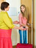 Uppriven vuxen dotter som lämnar lägenheten av modern Royaltyfri Fotografi