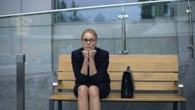 Upprivet affärsdamsammanträde på bänk, ensamt liv av karriäristen utan förälskelse stock video
