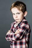 Upprivet anseende för litet barn som trutar och surar för att uttrycka inställning arkivfoton