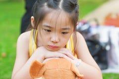 Upprivet asiatiskt barn royaltyfri foto
