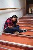 Upprivet sammanträde för kvinnlig student på trappuppgång Fotografering för Bildbyråer