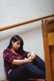Upprivet sammanträde för kvinnlig student på trappuppgång Arkivfoto