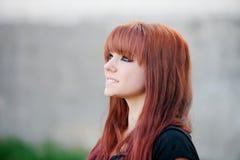 Upprorisk tonåringflicka med rött hår Royaltyfri Bild