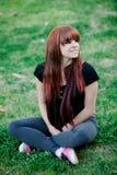 Upprorisk tonåringflicka med rött hår Royaltyfria Foton