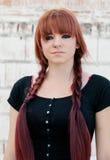 Upprorisk tonåringflicka med rött hår Arkivbilder