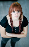 Upprorisk tonåringflicka med rött hår Fotografering för Bildbyråer