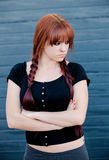 Upprorisk tonåringflicka med rött hår Royaltyfria Bilder