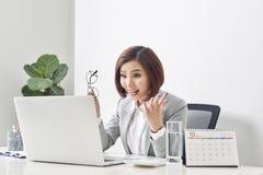 Upprymd och förvånad vinnare som håller ögonen på direktanslutet en bärbar dator på kontoret, härlig ung kvinna som är glad och f arkivbilder