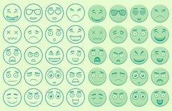 Uppsättning av översikt och färgrika emoticons Royaltyfri Bild