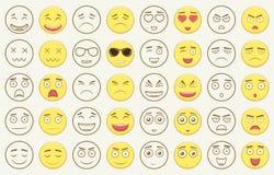 Uppsättning av översikten och färgrika emoticons, emoji som isoleras på vit bakgrund Emoticon för webbplatsen, pratstund, sms vek Arkivfoton