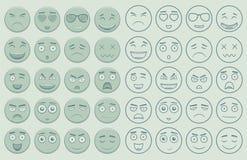 Uppsättning av översikten och färgrika emoticons, emoji som isoleras på vit bakgrund Emoticon för webbplatsen, pratstund, sms vek Arkivbild
