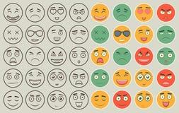 Uppsättning av översikten och färgrika emoticons, emoji som isoleras på vit bakgrund Emoticon för webbplatsen, pratstund, sms vek Arkivfoto