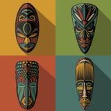 Uppsättning av afrikanska etniska stam- maskeringar på färgbakgrund Arkivfoto