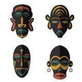 Uppsättning av afrikanska etniska stam- maskeringar på vit bakgrund Arkivbild