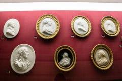 Uppsättning av antika kaméer av män i peruker Arkivfoton