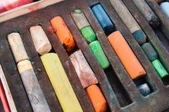Uppsättning av använda olje- färgpennor Arkivfoto
