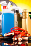 Uppsättning av auto delar, bilbatteri på livligt motobegrepp fotografering för bildbyråer