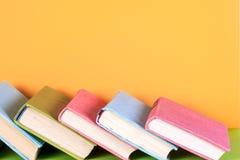 Uppsättning av böcker i arkivet Kunskap vetenskap tonad bild Royaltyfri Foto