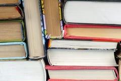 Uppsättning av böcker i arkivet Kunskap vetenskap tonad bild Arkivbilder