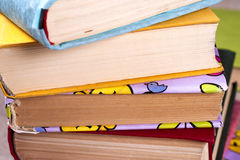Uppsättning av böcker i arkivet Kunskap vetenskap tonad bild Arkivfoton