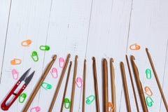Uppsättning av bambuvirkningkrokar, färgklistermärke och röda snippers fotografering för bildbyråer