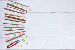Uppsättning av bambuvirkningkrokar, färgklistermärke och röda snippers royaltyfri bild