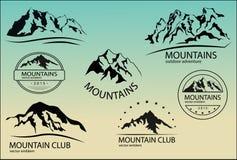 Uppsättning av bergemblem bakgrundsdesignelement fyra vita snowflakes Arkivfoto